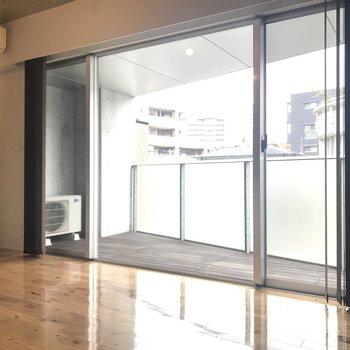 リビングの大きな窓が素敵。※写真は別室です