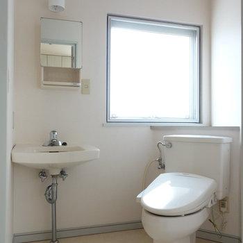 脱衣所に洗面台とトイレ。ここに窓あるのも嬉しい!