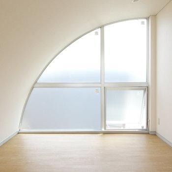 これが月のような窓。9帖の洋室です。