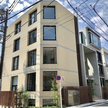 住宅街にあるデザイナーズマンション。