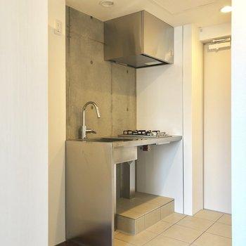 玄関と同じスペースにあるキッチン。※写真は前回募集時のものです