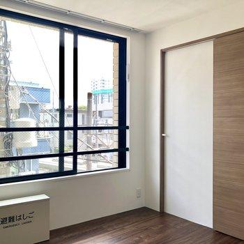 窓が大きくて光が差し込む、爽やかな空間。※写真は前回募集時のものです