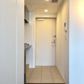 フラットな玄関は、居室との仕切りがない分、開放感を得られますね。※写真は前回募集時のものです