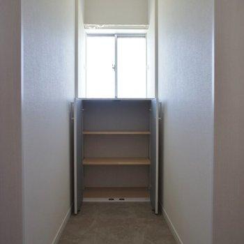 廊下にも収納あり。