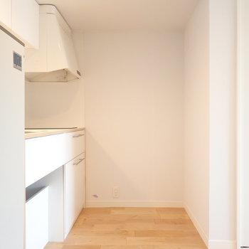 キッチンの後ろに冷蔵庫を置いて※写真は前回リノベーションしたお部屋です。
