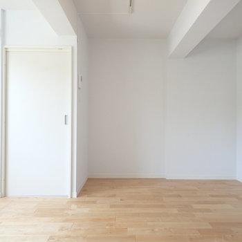 無垢の床に真っ白の壁がかわいい♪※写真は前回リノベーションしたお部屋です。