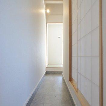 土間の様な空間はお部屋をぐるっと一周できちゃう!