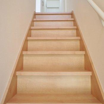 2Fへと続く階段。