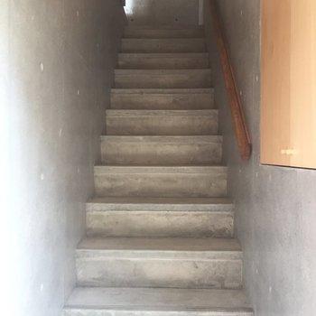 階段を降りて玄関へ!
