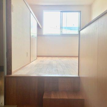 キッチン側からみたお部屋。ちょっと高くなっています。