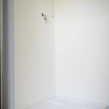 脱衣所に洗濯機置場ですよ。 ※通電前の写真です