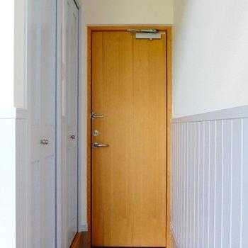 玄関です。ここに収納あります。