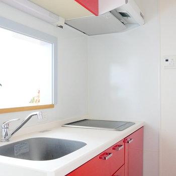 キッチンは赤色。 ※通電前の写真です