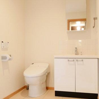 トイレと独立洗面台も脱衣所にありますよ。 ※別部屋の同タイプのものです