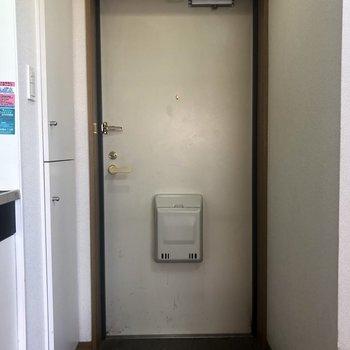 玄関、渋い〜※写真はクリーニング前のもの