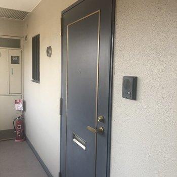 この玄関を入るとお部屋が待ってます