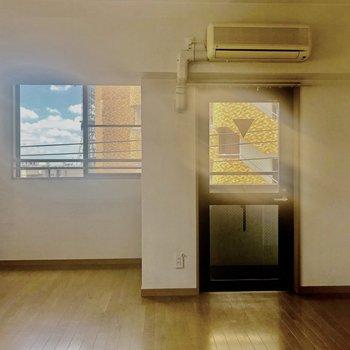光がたっぷりと入るお部屋ですよ〜※写真はクリーニング前のもの