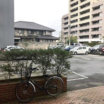 駐車場は外にあります。