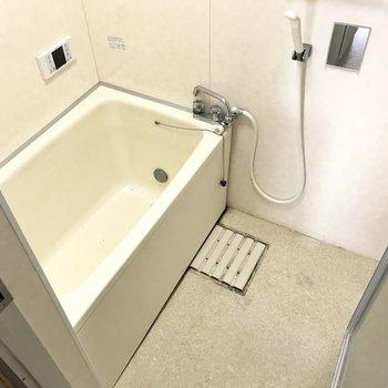 お風呂は追焚付き!もちろん窓もね◎ (※写真は清掃前のものです)