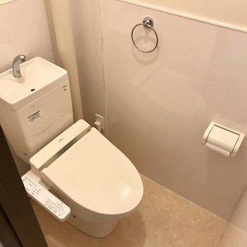 トイレはウォシュレット付き!収納がないので突っ張り棒を使って工夫しよう。 (※写真は清掃前のものです)