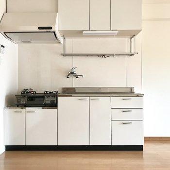 透明感ある大きな白いキッチン。 (※写真は清掃前のものです)