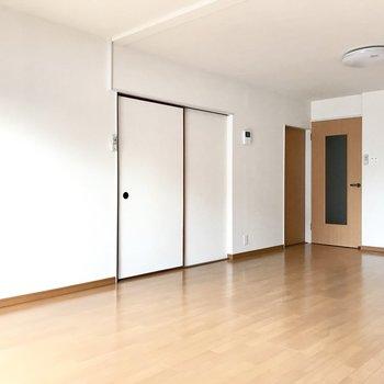 それぞれのお部屋はリビングと繋がっています。 (※写真は清掃前のものです)