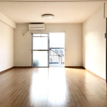 13帖という広いリビング。家具だって大きめのもの置けちゃうっ (※写真は清掃前のものです)