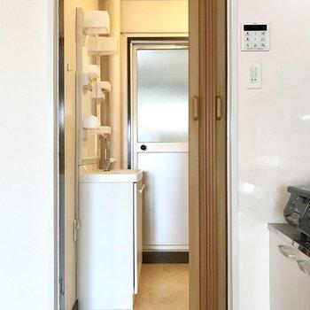 キッチン横のアコーディオンドアの先はサニタリー! (※写真は清掃前のものです)