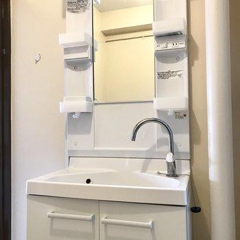 洗面台の蛇口のカーブがお洒落♩ (※写真は清掃前のものです)