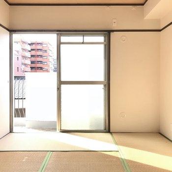 日当たりの良い和室は昼寝にぴったり。 (※写真は清掃前のものです)