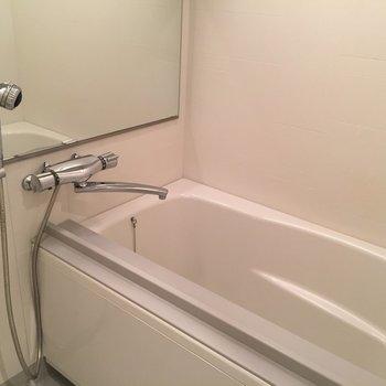 お風呂もゆったりめ。※写真は別室です。