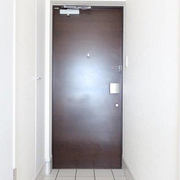 玄関も白タイルで統一されています。素敵・・・♥(※写真は通電前のものです)
