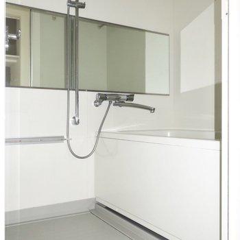 浴室もゆとりがありますよ。大きな鏡も嬉しいなっ。(※写真は通電前のものです)