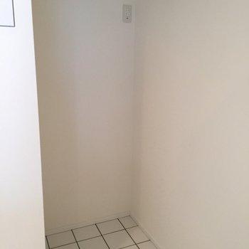 冷蔵庫スペースも白いタイルの床が素敵。