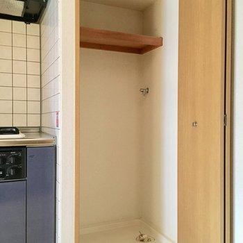 キッチンの隣は洗濯機置場。扉で隠せるので生活感ゼロです。