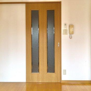 出窓の向かいは扉があります。キッチンからのにおいも気になりません。