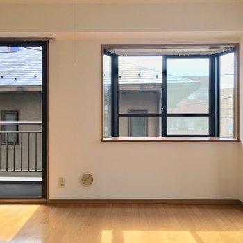 奥行きの広い出窓が特徴!お好きなものを飾れます。