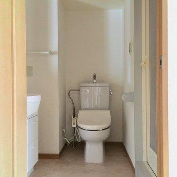 トイレの上にも収納あります。広いので掃除がしやすいです。
