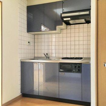 キッチンは玄関扉と同じネイビー。おしゃれ!