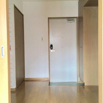 玄関と扉で仕切れるので、突然の来客も安心です。