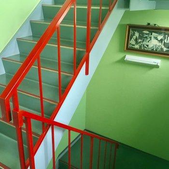 階段も独特な配色。各階で別の絵が飾られています。