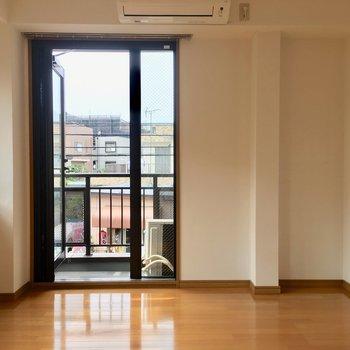 西側バルコニーでお部屋が明るいです。