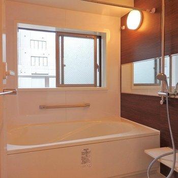 追炊き・乾燥機・窓付きの優秀バスルーム◎※写真は同間取り別部屋のものです。