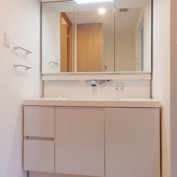 洗面台は2人並んで立っても余裕のワイドサイズ。※写真は同間取り別部屋のものです。