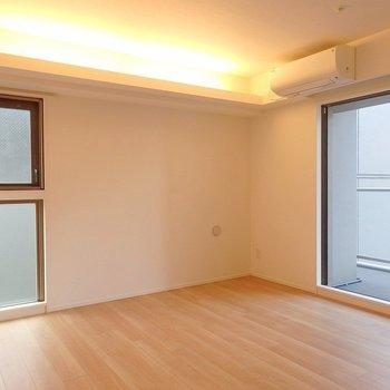洋室①:ふんわり間接照明が素敵◎※写真は同間取り別部屋のものです。