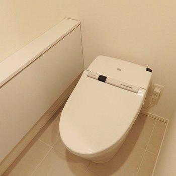 トイレはもちろんウォシュレット付き。※写真は同間取り別部屋のものです。