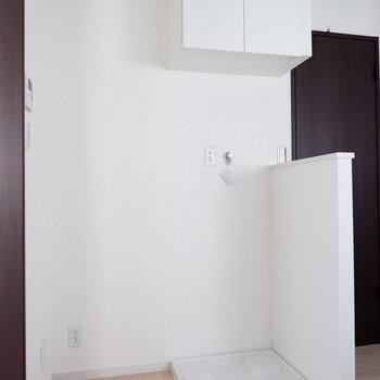 洗濯機置場と横にはキッチン家電なども置けますね。