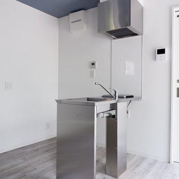 キッチン背面に冷蔵庫を。