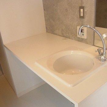 キッチンのようでここが洗面台です。※2階別部屋同間取りの写真です。