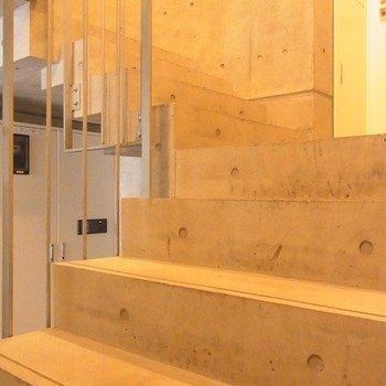 コンクリートの階段でお部屋まであがります。